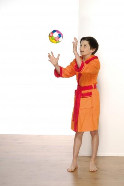 Kinderbademantel mit Kapuze in rot orange - kind mit bademantel fängt ball