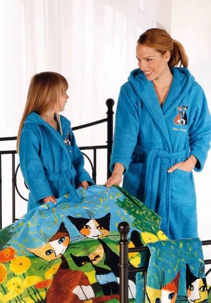 Mutter und Kind im Designer Bademantel | Damenbadematel und Kinderbadematel von Rosina Wachtmeister mit Katzen Motiv bestickt